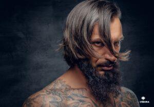 modelo masculino com franja longa cobrindo o rosto
